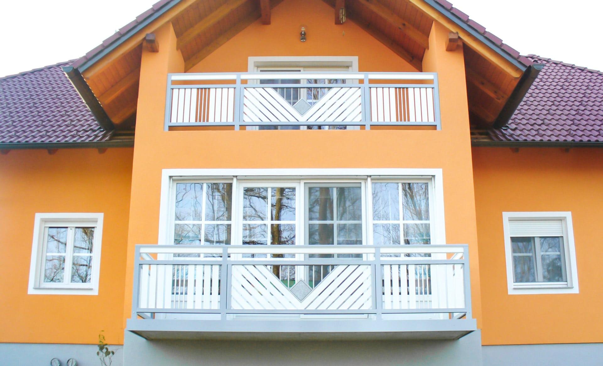 Saalfelden 05 | Aluminium-Geländer grau weiß mit Stein und Edelstahl bei orangem Haus | Svoboda