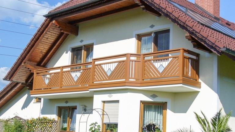 Saalfelden 07   hellbrauner Aluminium-Balkon mit Edelstahl Stein Dekor und Alublende   Svoboda