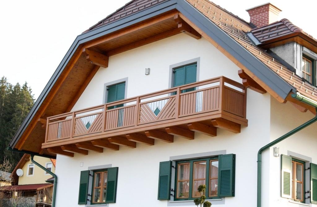 Saalfelden 08 | Alulattenbalkon braun mit Edelstahl Dekoren bei Haus mit Krüppelwalmdach | Svoboda