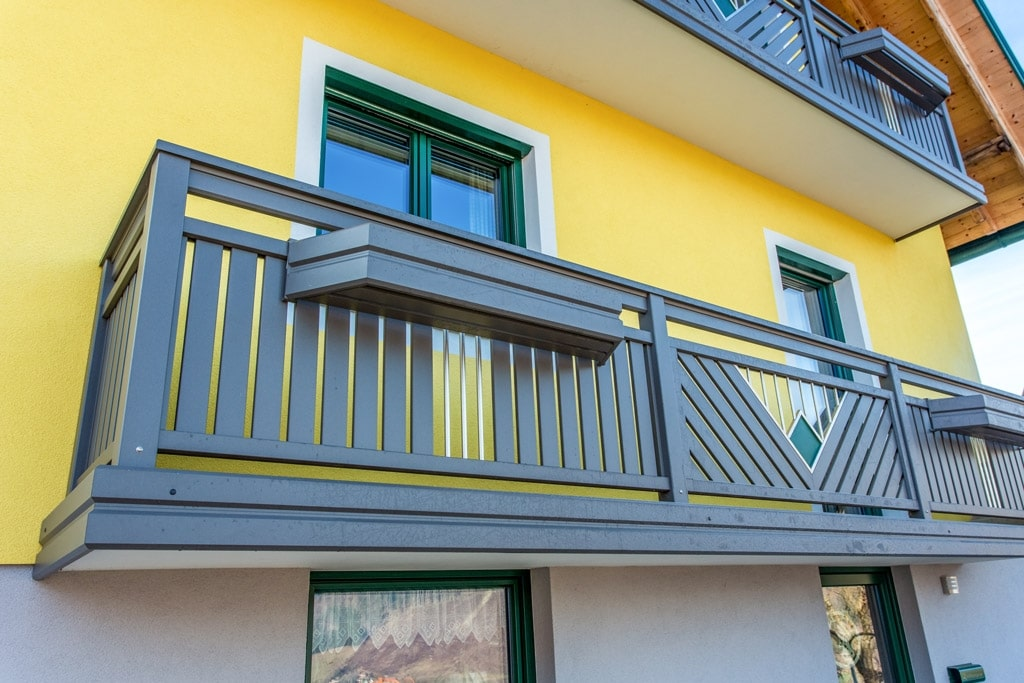 Saalfelden 11 b   Balkonfeld mit vertikalen Alulatten und Edelstahlstäben & Balkonkasten   Svoboda
