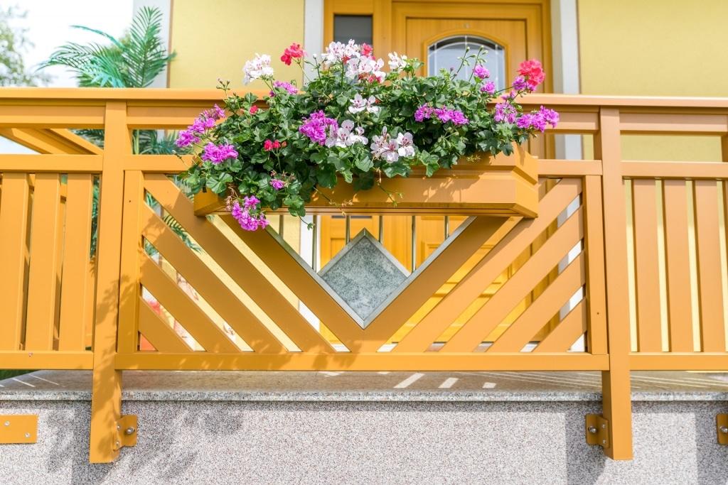 Saalfelden 13 a | Alu-Geländer braun, Granit Stein in Edelstahl-Stab-Dreieck, Blumenkasten | Svoboda
