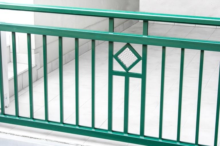 Salzburg 02 a   Geländer grün aus Alu Vierkant Sprossen, Edelstahl-Lochblech-Quadrat klein   Svoboda