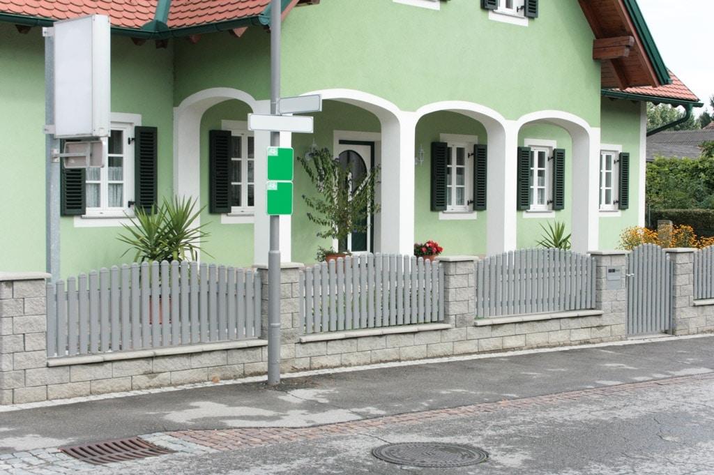 ZA Hohenems 02 b | hellgrauer Lattenzaun mit runden Endkappen in Bogenform bei Gartenmauer | Svoboda
