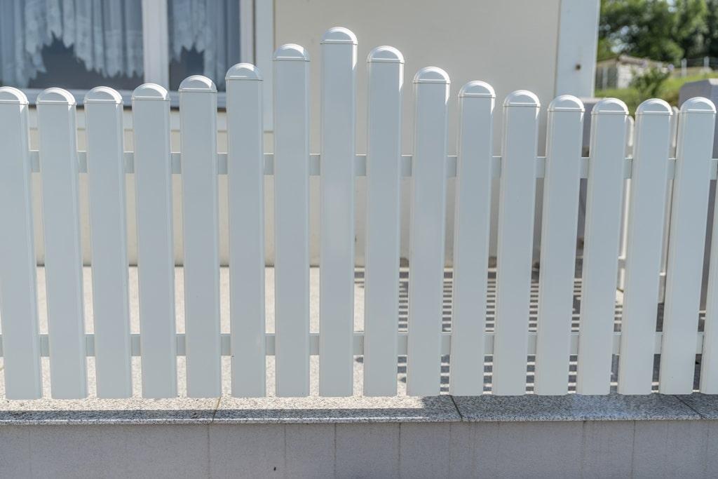 ZA Hohenems 06 d | weißer Alu-Lattenzaun bei Terrasse in Wellenform mit runden Kappen | Svoboda