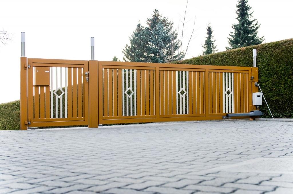 ZA Klosterneuburg 03 b | Einflügeliges Drehtor aus Aluminium braun-weiß, vertikale Latten | Svoboda