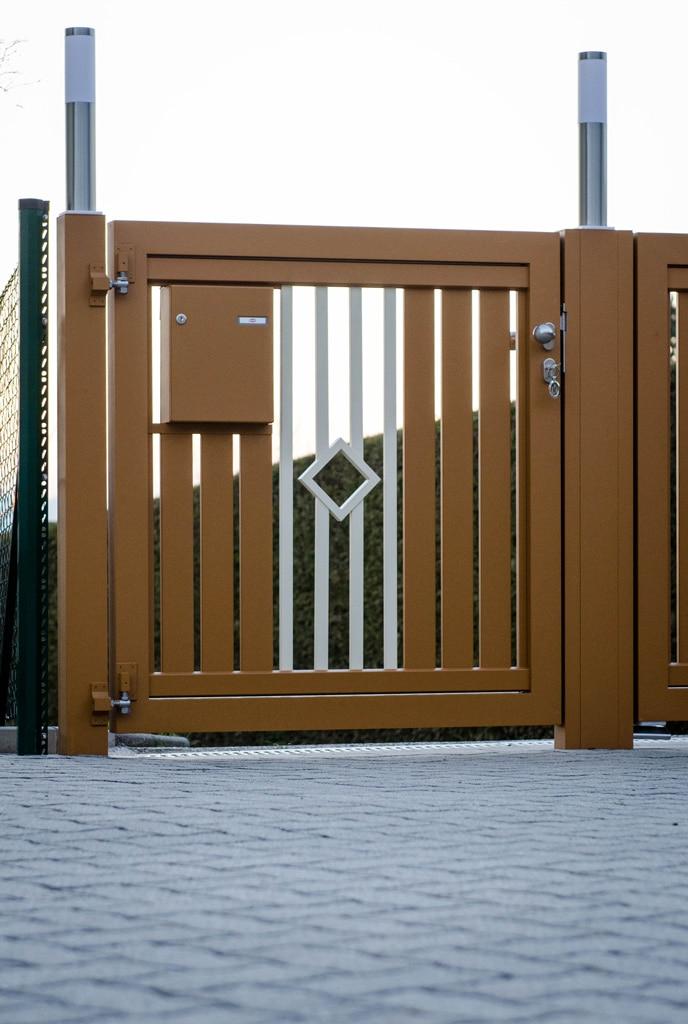 ZA Klosterneuburg 03 d | braun-weiße Alugehtür mit Briefkasten in Lattenfüllung integriert | Svoboda