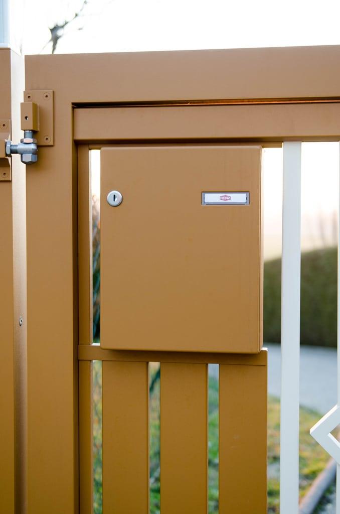ZA Klosterneuburg 03 e | braun beschichteter Aluminium-Briefkasten in Lattenfüllung | Svoboda