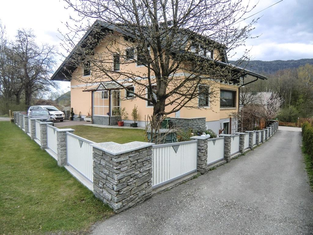 ZA Knittelfeld 01 b | weiß-grauer Aluminium-Gartenzaun bei Gartenmauer mit Latten und Stein| Svoboda