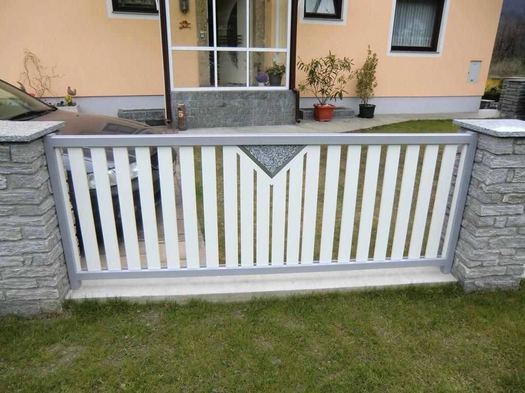 ZA Knittelfeld 01 c | grauer Zaun mit weißen Aluminium-Latten und Dreieck-Granit-Stein | Svoboda