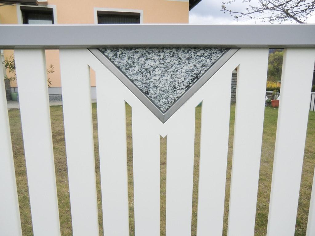ZA Knittelfeld 01 d | weiß-grauer Aluzaun aus senkrechter Lattung mit Granit Stein Dreieck | Svoboda