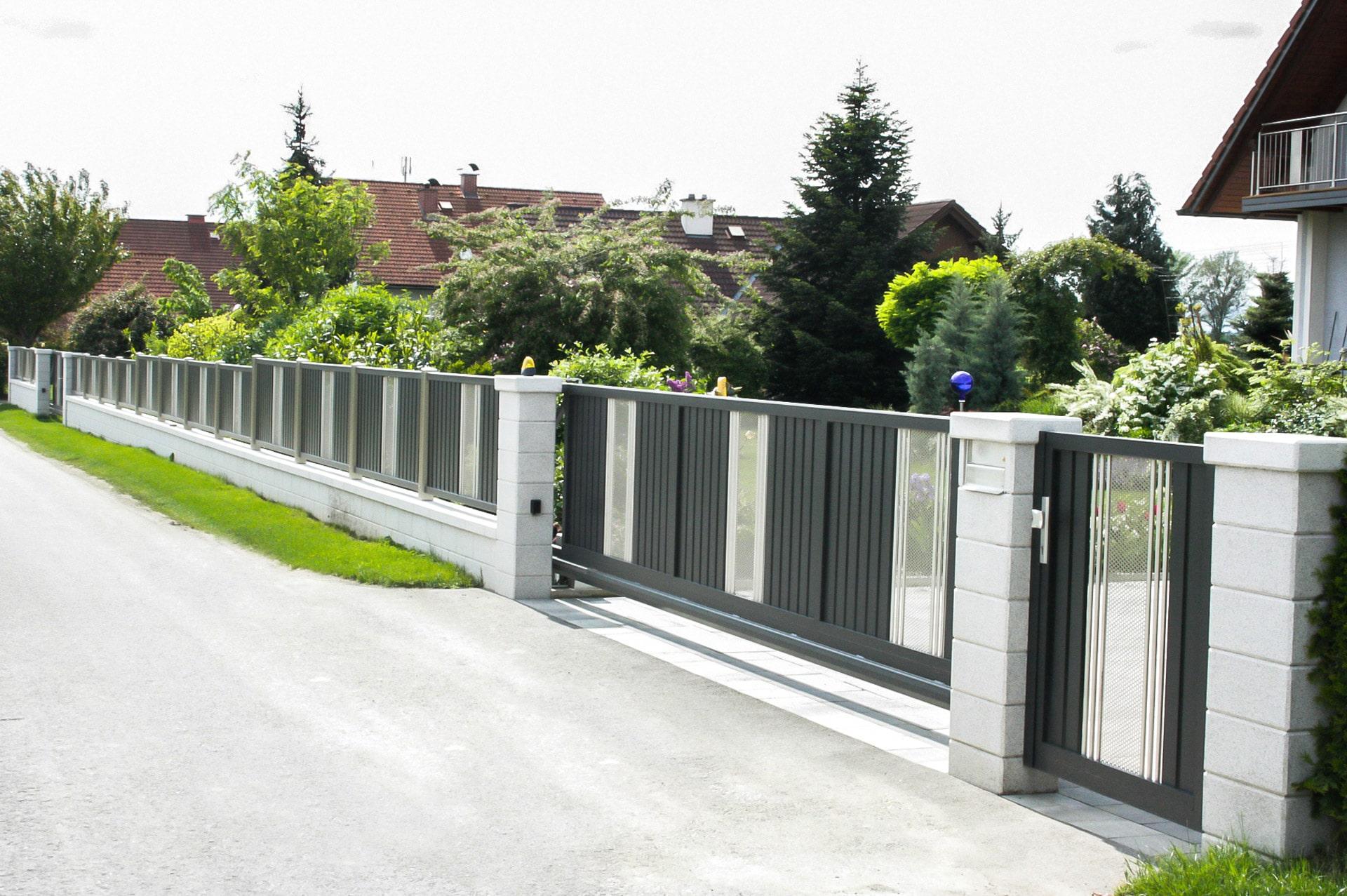 ZA Krieglach 02 a | Aluminium Zaun und elektrisches Schiebetor bei Gartenmauer & Einfahrt | Svoboda