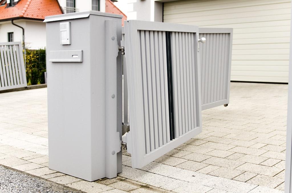 ZA Krieglach 10 e   Aluminium-Gehtür mit Hangausgleich mit Senkrechtlatten und Stäben   Svoboda