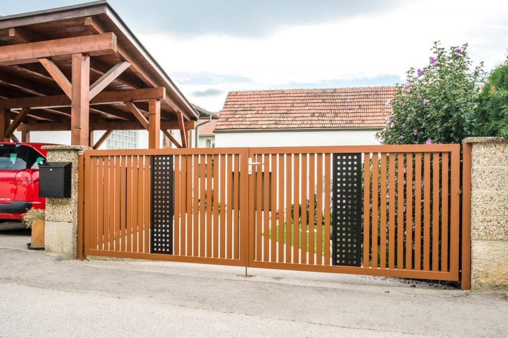 ZA Krieglach 12 e | braun-schwarzes zweiflügeliges Alu-Einfahrtstor, händisch zu Öffnen | Svoboda