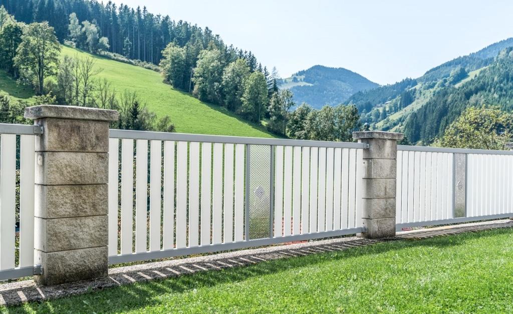 ZA Krieglach 13 d | Aluminiumzaunfelder bei Mauerstehern mit Senkrechtlattung & Lochblech | Svoboda