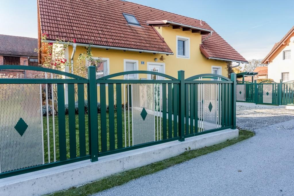 ZA Krieglach 14 a   Alu-Zaun grün mit Latten senkrecht, Niroblech gelocht mittig, Alubögen   Svoboda