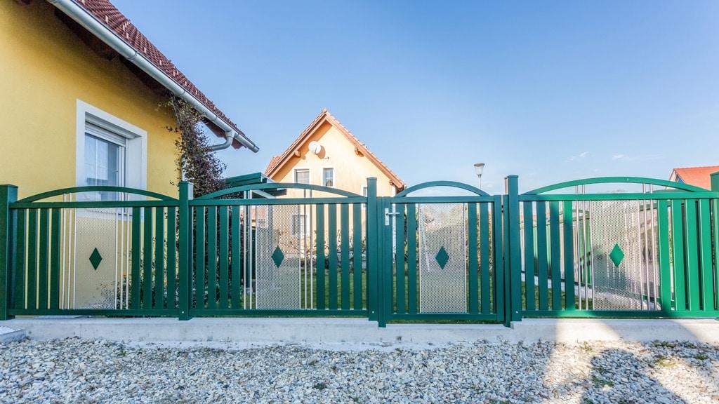 ZA Krieglach 14 b   moosgrüner Bogen-Aluminium-Gartenzaun mit Gehtür & Edelstahllochblech   Svoboda