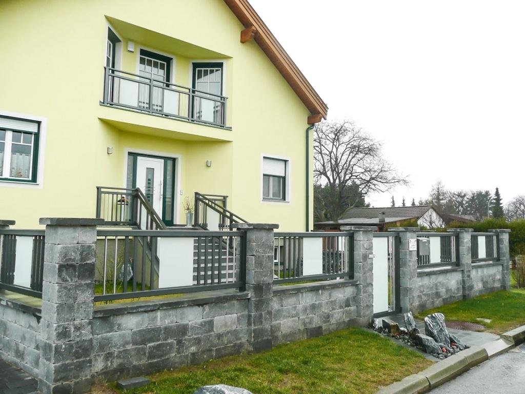 ZA Leoben 01 b   Alu-Glas-Zaun bei Gartenmauer und gleichem Geländer bei Stiege und Balkon   Svoboda