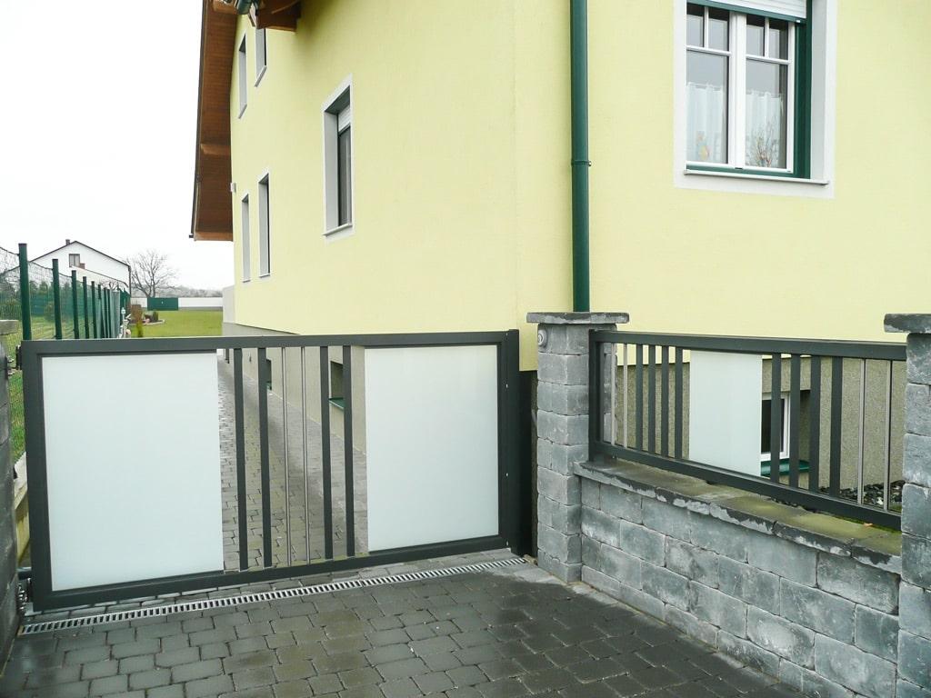 ZA Leoben 01 c   Einfahrtstor aus Aluminium mit Mattglas, senkrechten Latten, Niro-Stäben   Svoboda