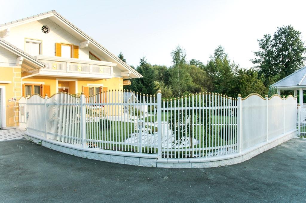 ZA Leonding 01 a | Palisaden-Zaun aus Aluminium weiß mit goldenen Zwiebel-Spitzen | Svoboda