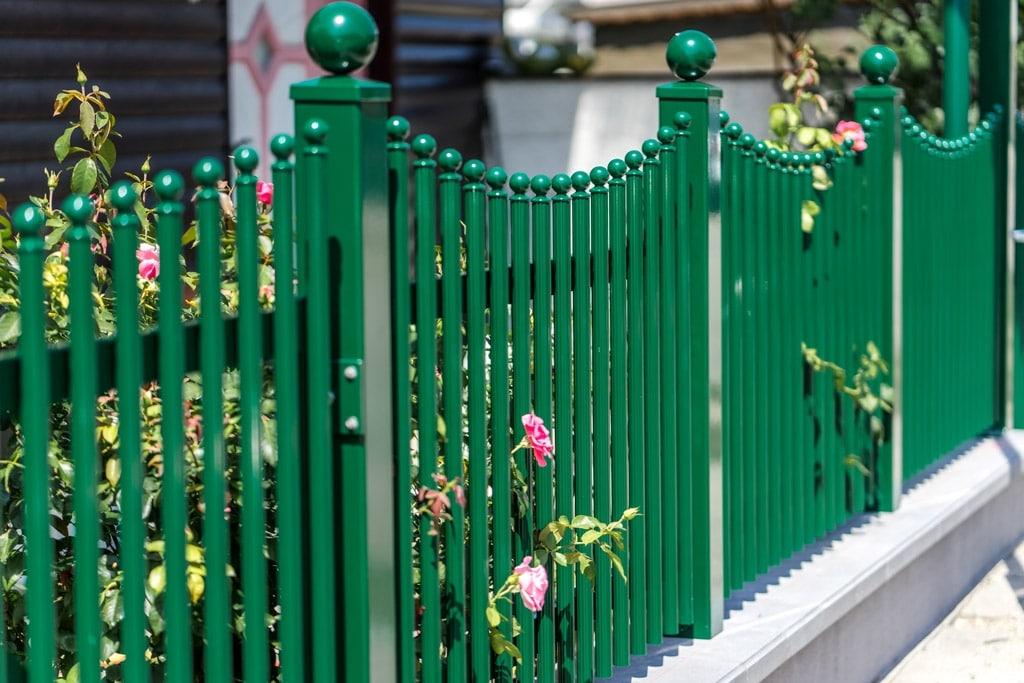 ZA Leonding 07 a | gewellter Aluminium-Palisadenzaun grün mit Stehern eckig mit Dekorkugel | Svoboda