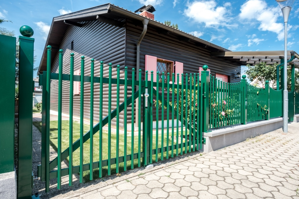 ZA Leonding 07 b | Gartenzaun und Gartentor aus moosgrünen Aluminium-Palisaden | Svoboda Metall