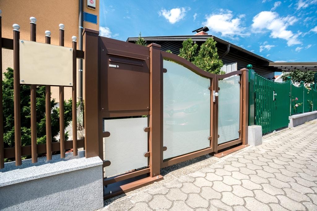 ZA Mödling 02 d | braunes Gartentor mit blickdichtem Glas, Postkasten und Palisaden-Zaun | Svoboda