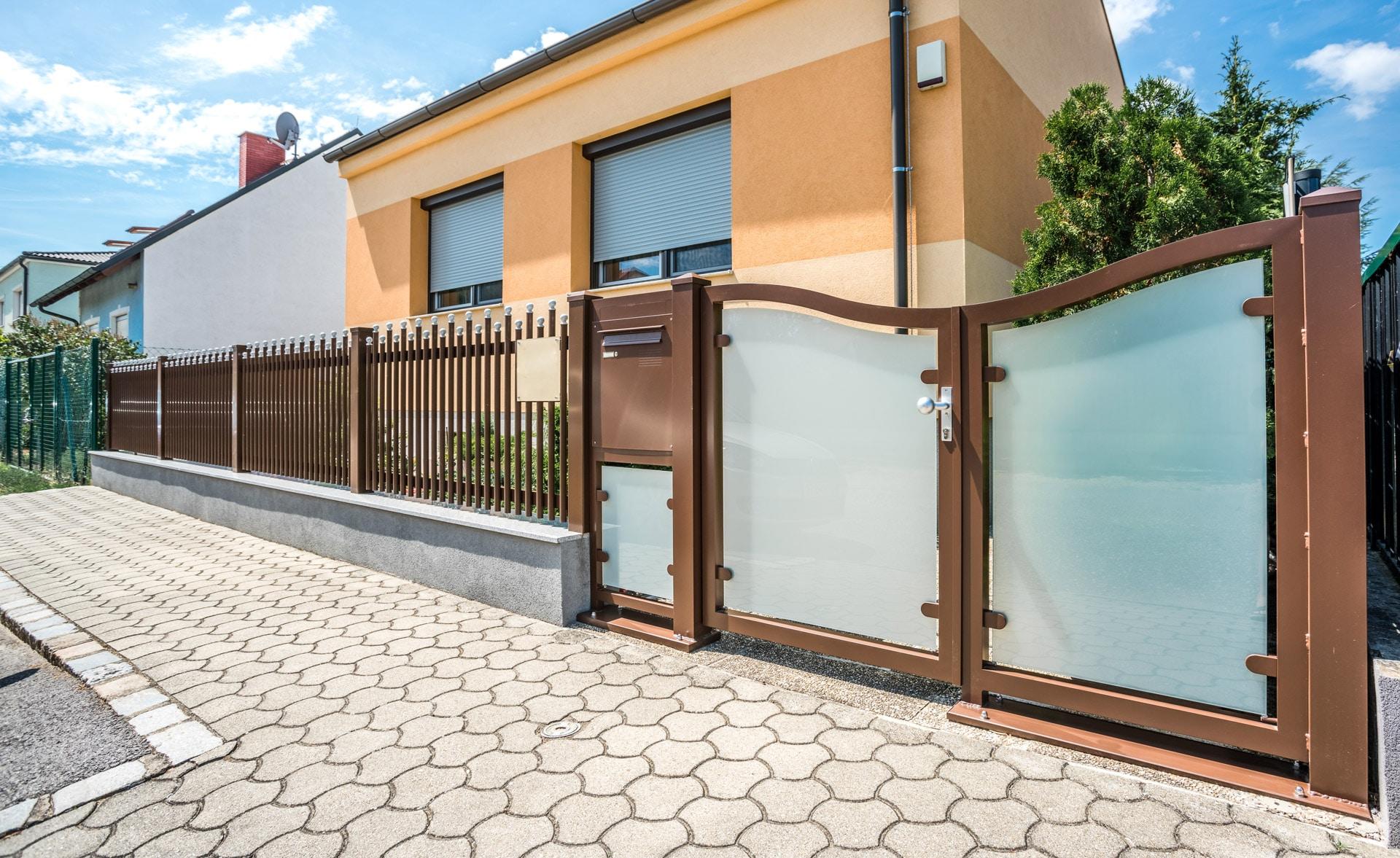 ZA Mödling 02 d | braunes Gartentürl mit matter Glasfüllung, Postkasten und Rundrohr-Zaun | Svoboda