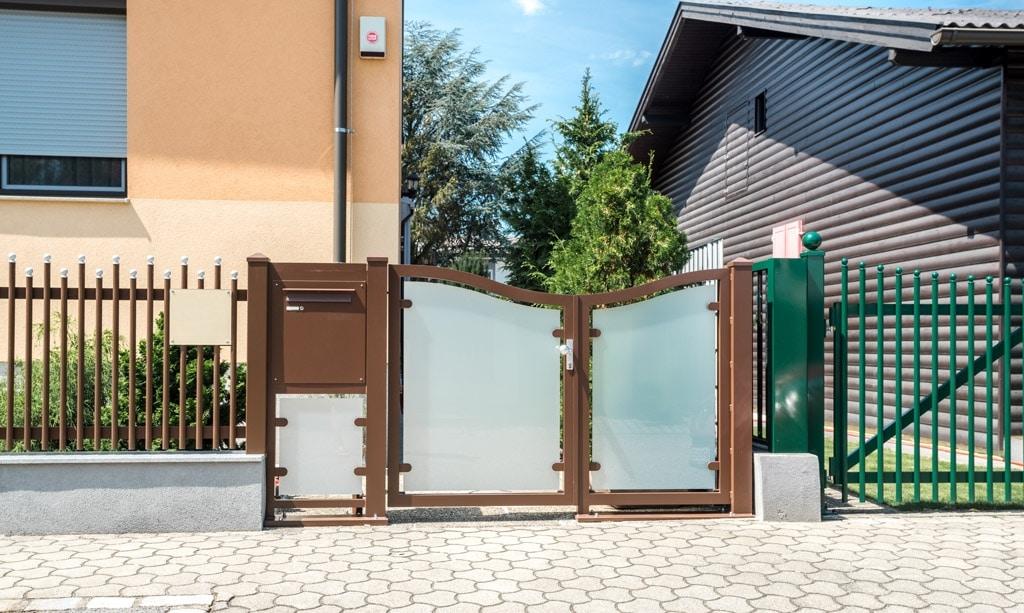 ZA Mödling 02 d | braunes Gartentürl mit matter Glasfüllung und Postkasten-Steher | Svoboda
