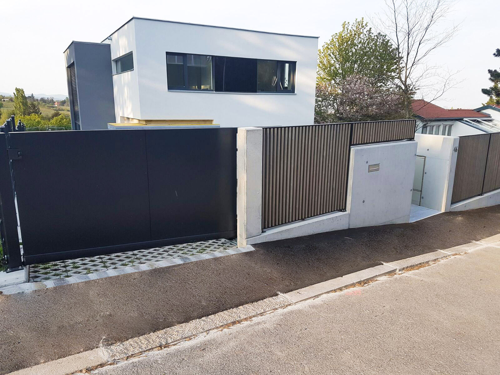 ZA Sonder 01 b | Vollblech-Aluminium-Einfahrtstor, senkrechter Alu-Stab-Zaun, Haus modern | Svoboda