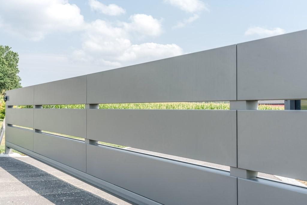 ZA Sonder 06 c | Modernes Alu-Einfahrtstor aus extra breiten waagrechten Alu-Latten | Svoboda