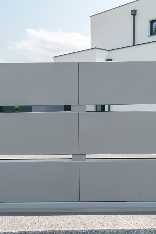 ZA Sonder 06 d | extra breite waagrechte Latten bei Aluminium-Tor hellgrau beschichtet| Svoboda