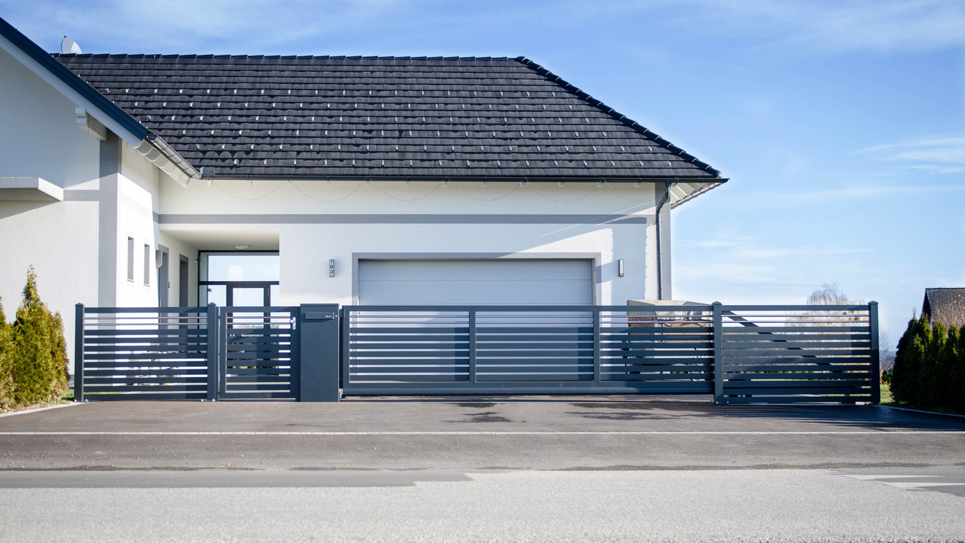 ZA Telfs 04 a | Moderner Querlattung Aluminium-Zaun anthrazit mit elektrischem Schiebetor | Svoboda