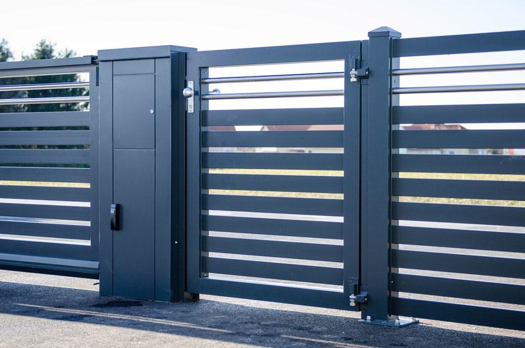 ZA Telfs 04 b | anthrazitfarbenes Aluminium-Gartentürl und Alu-Briefkasten, Querlattung | Svoboda