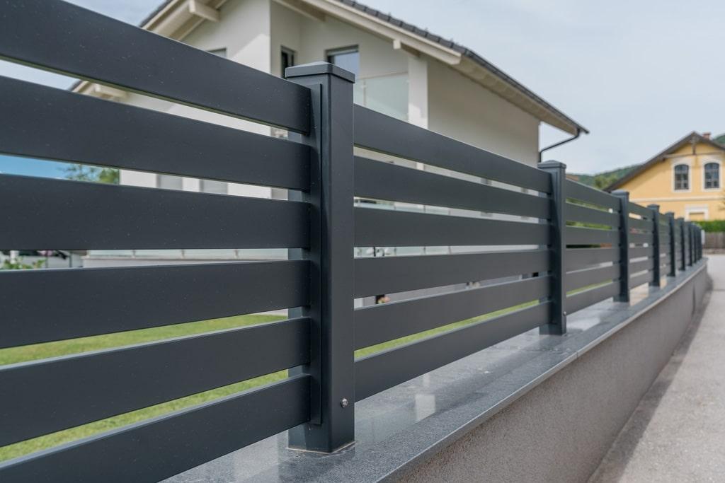 ZA Telfs 08 h | moderner Aluzaun mit waagrechter Lattenfüllung anthrazit auf Gartenmauer | Svoboda