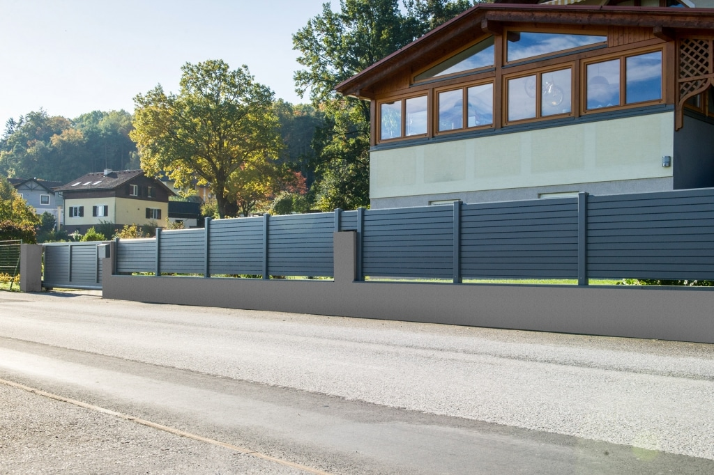 ZA Telfs 09 a | Aluminium-Sichtschutz-Zaun anthrazit mit Querlattung blickdicht auf Mauer | Svoboda