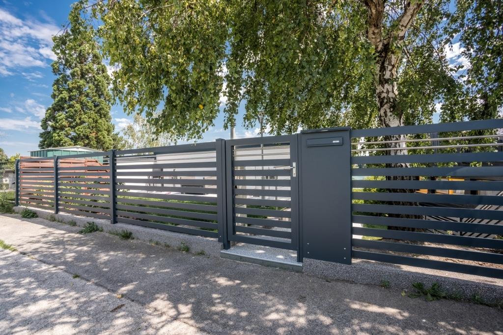 ZA Telfs 10 b | moderne Alu-Zaunanlage im Garten mit Postkasten in Zaunsteher integriert | Svoboda