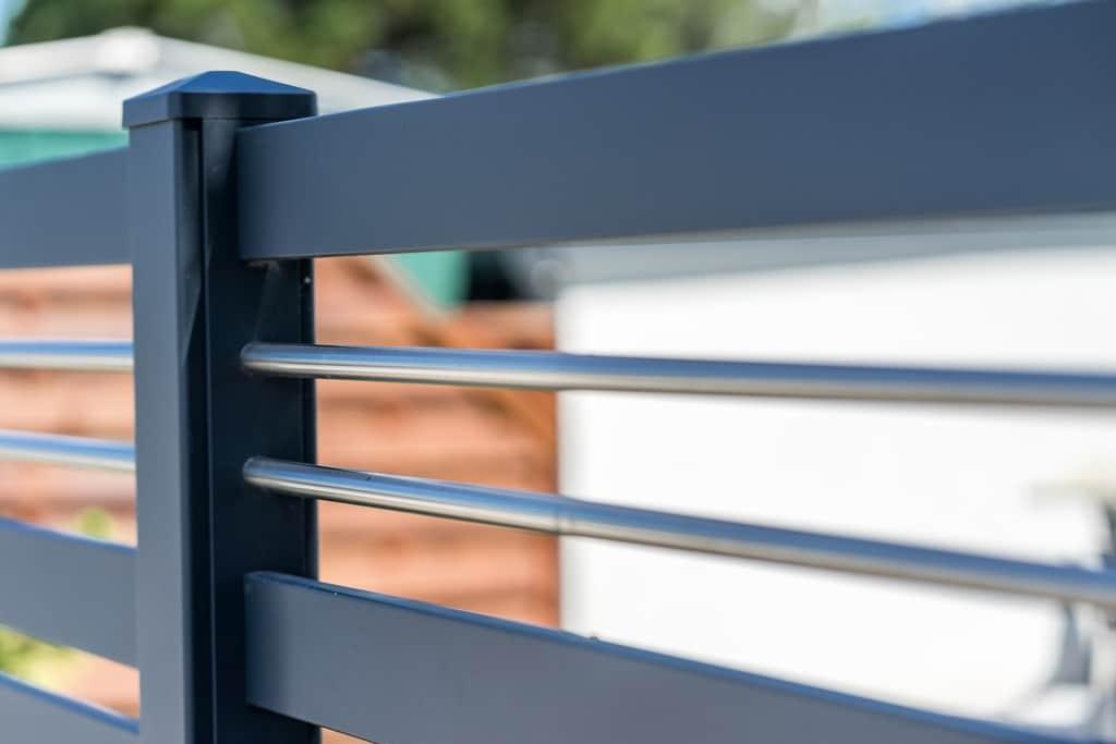 ZA Telfs 10 f | Detailbild Aluminiumzaun anthrazitgrau mit 2 Edelstahl-Rohren als Dekor | Svoboda