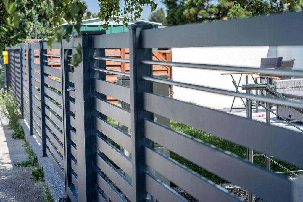 ZA Telfs 10 g | Waagrechte Aluminium-Latten bei Aluzaun anthrazit mit zwei Nirostäben | Svoboda