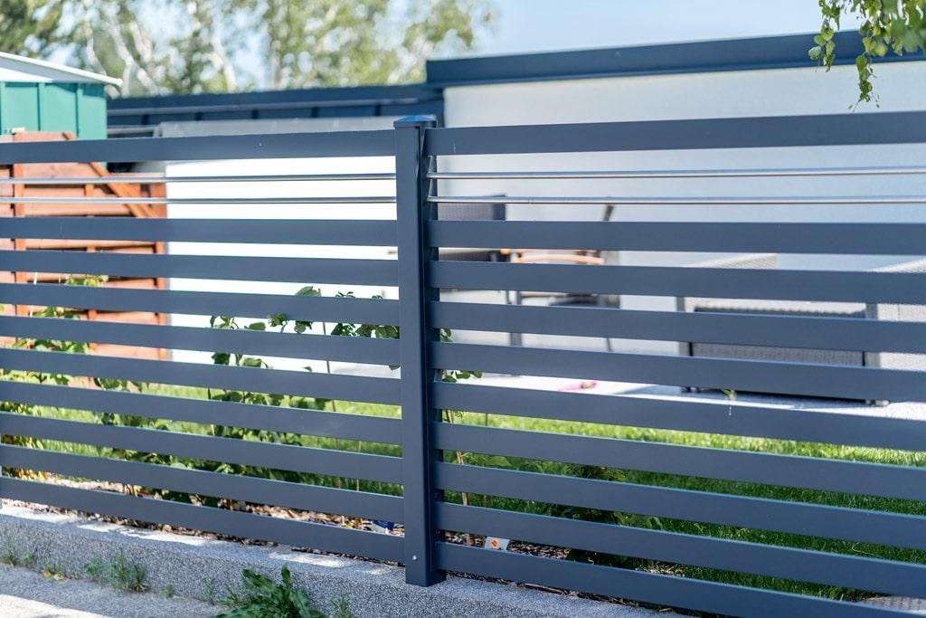 ZA Telfs 10 h | Aluminium-Einzäunung mit Querlattung anthrazit & 2 Niro-Stangen waagrecht | Svoboda