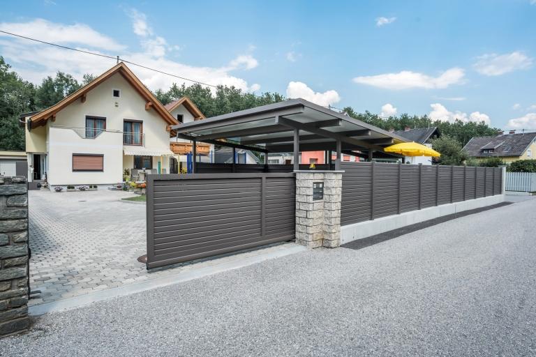 ZA Telfs 12 a | moderne Aluminium Zaun- und Toranlage braun mit Schiebetor und Alu-Carport | Svoboda