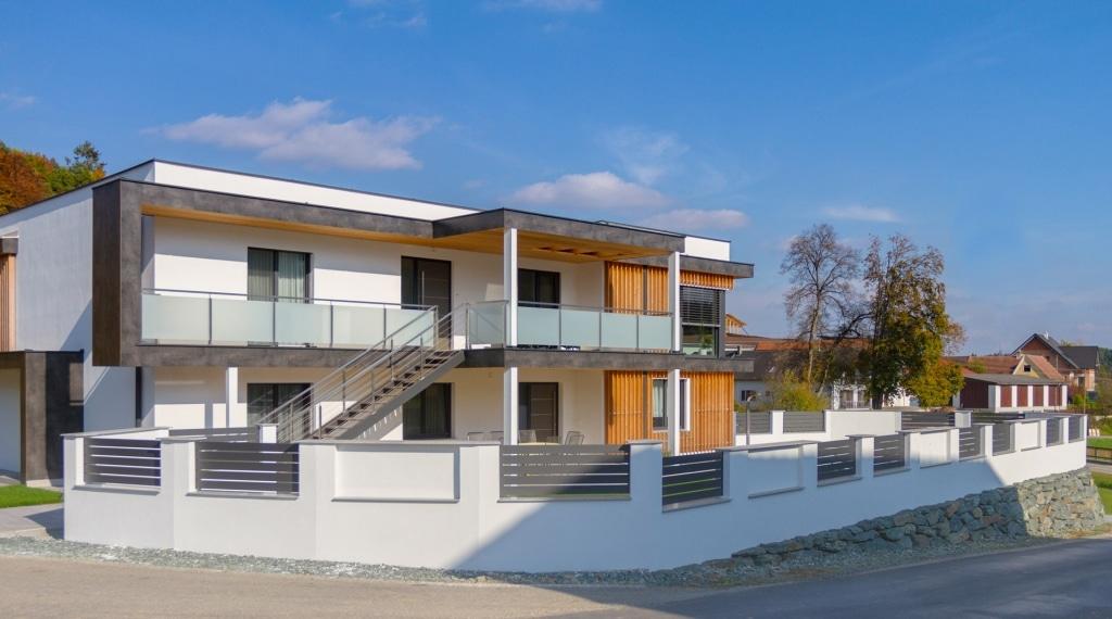 ZA Telfs 13 a | Aluzaun bei Gartenmauer mit schwarzer Lattung waagrecht bei modernem Haus | Svoboda