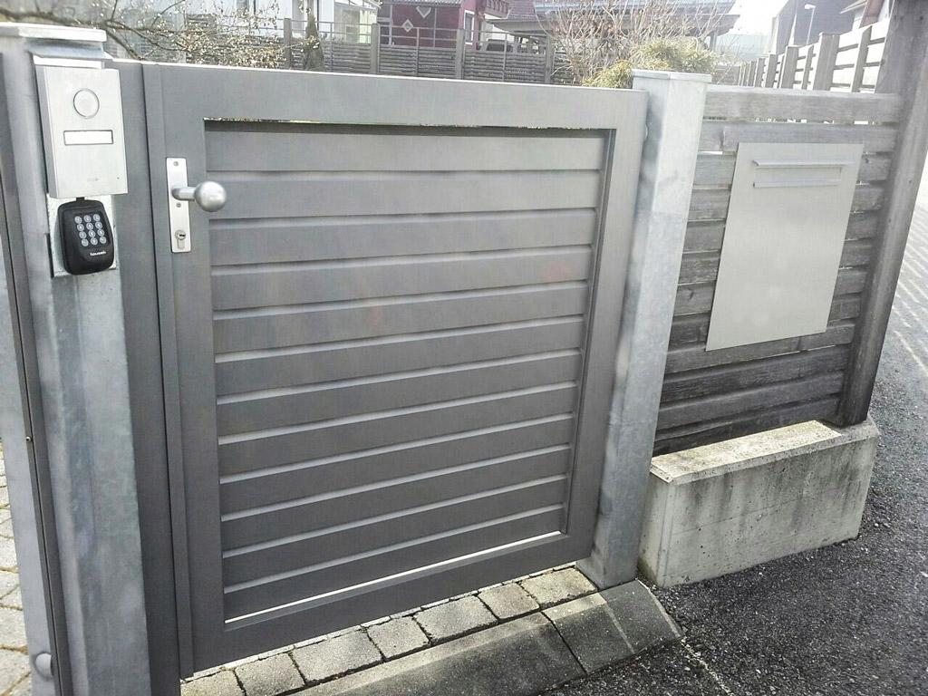 ZA Telfs 14 d | hellgraue Zauntür aus blickdichten waagrechten Aluminium-Rhomboid-Latten | Svoboda