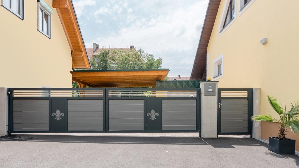 ZA Telfs 15 c | zweiflügeliges Aluminium-Drehtor und Tür, waagrechte Alu-Latten blickdicht | Svoboda