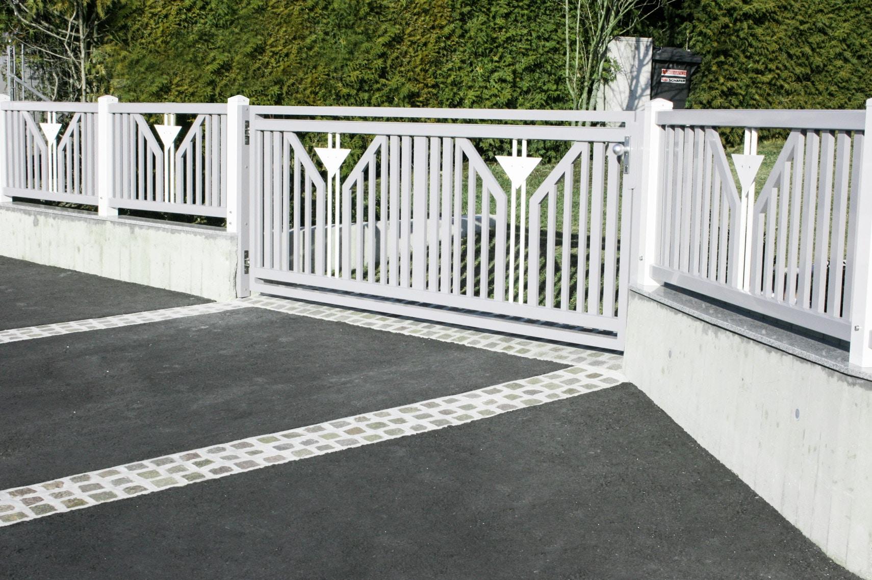 ZA Villach 01 c | grau-weißer Alu-Zaun mit Flügeltor, mittig 2 Dekorstäbe mit Dreieckblech | Svoboda