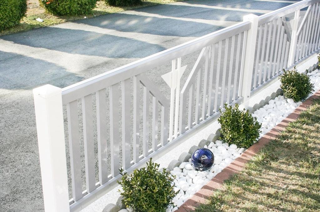 ZA Villach 01 e | grau-weißer Aluminium-Gartenzaun mit Lattung und dreieckigem Blechdekor | Svoboda