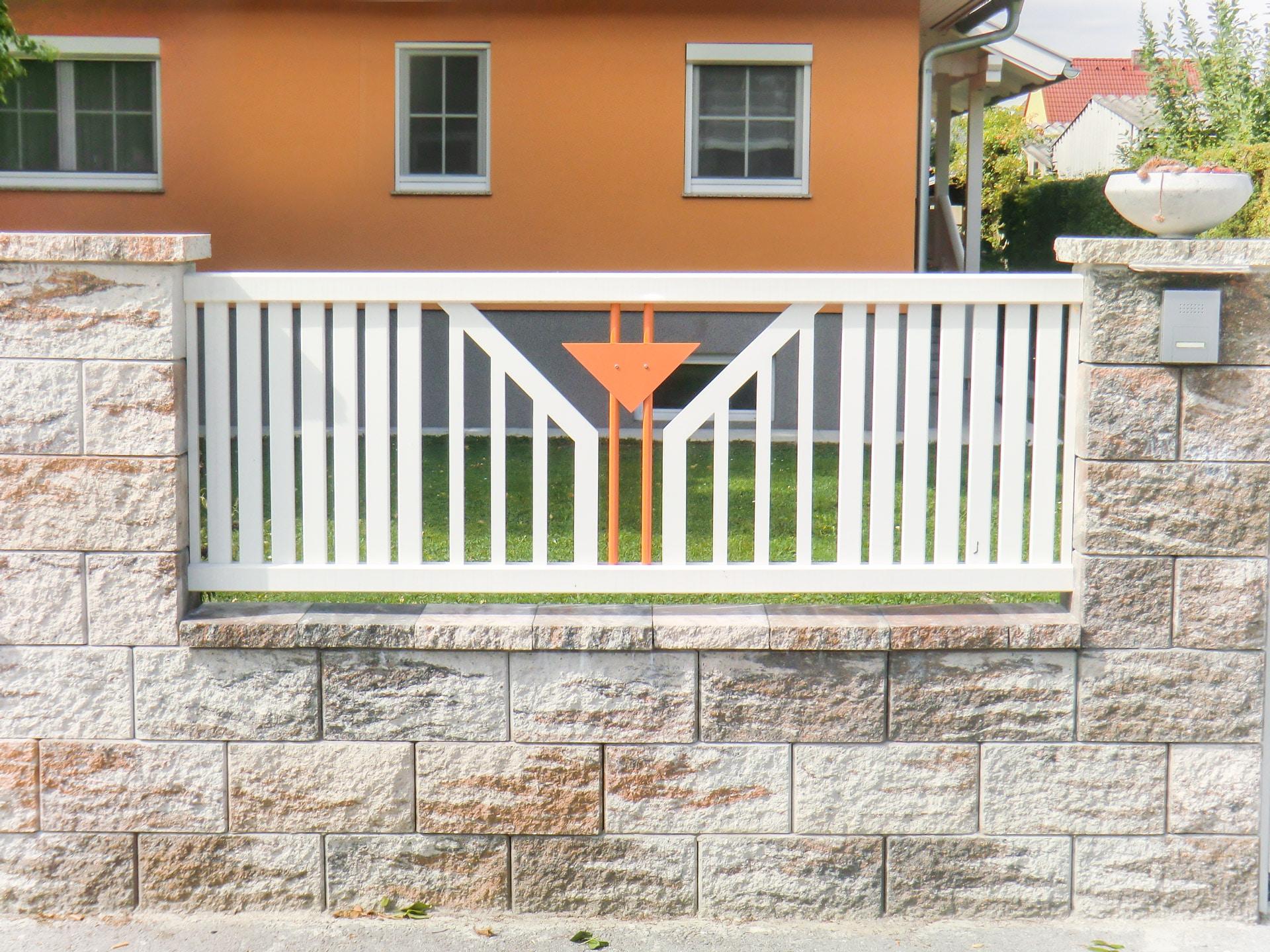 ZA Villach 04 b | Alu-Tor bei Einfahrt mit Latten senkrecht weiß, Blech-Stab-Dekor orange | Svoboda