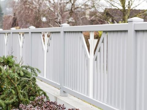 ZA Villach 05 c | Aluzaun aus vertikalen Latten grau, Dekor aus Dreieck und Rohren weiß | Svoboda