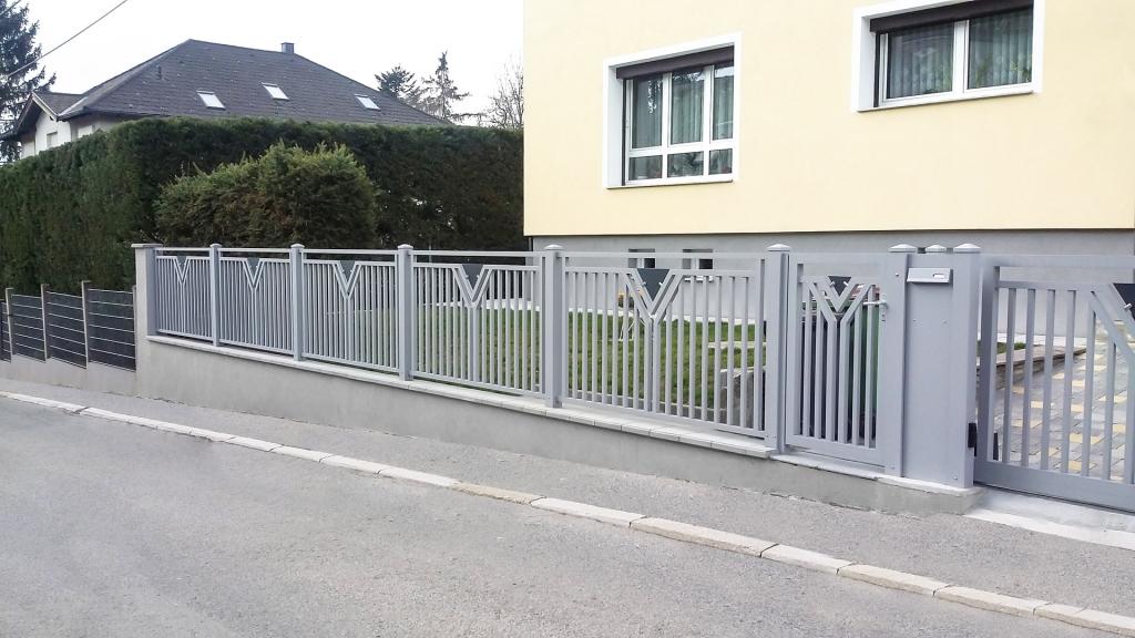 ZA Waidhofen 02 | grauer Aluminium-Zaun mit Gehtür und Postkastenstehen auf Gartenmauer | Svoboda