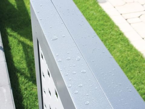 Detailbild Aluminium-Geländer grau mit Wasserperlen dank wasser- und schmutzabweisender Beschichtung