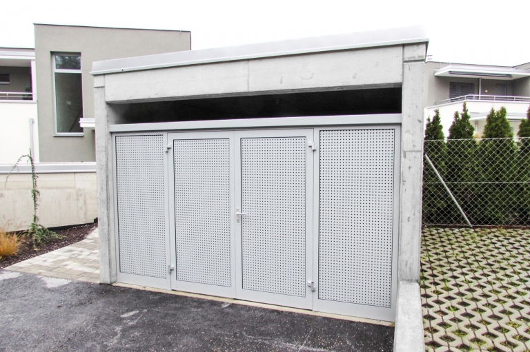S 03 b   Sichtschutz und Gehtür bei Geräteeinhausung aus grauem Aluminium-Lochblech   Svoboda